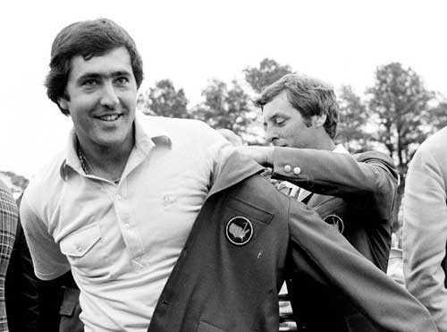 Seve Ballesteros efter att ha vunnit Masters I Augusta 1980. Den som sträcker över den gröna vinnarjackan är det föregående årets vinnare Fuzzy Zoeller.