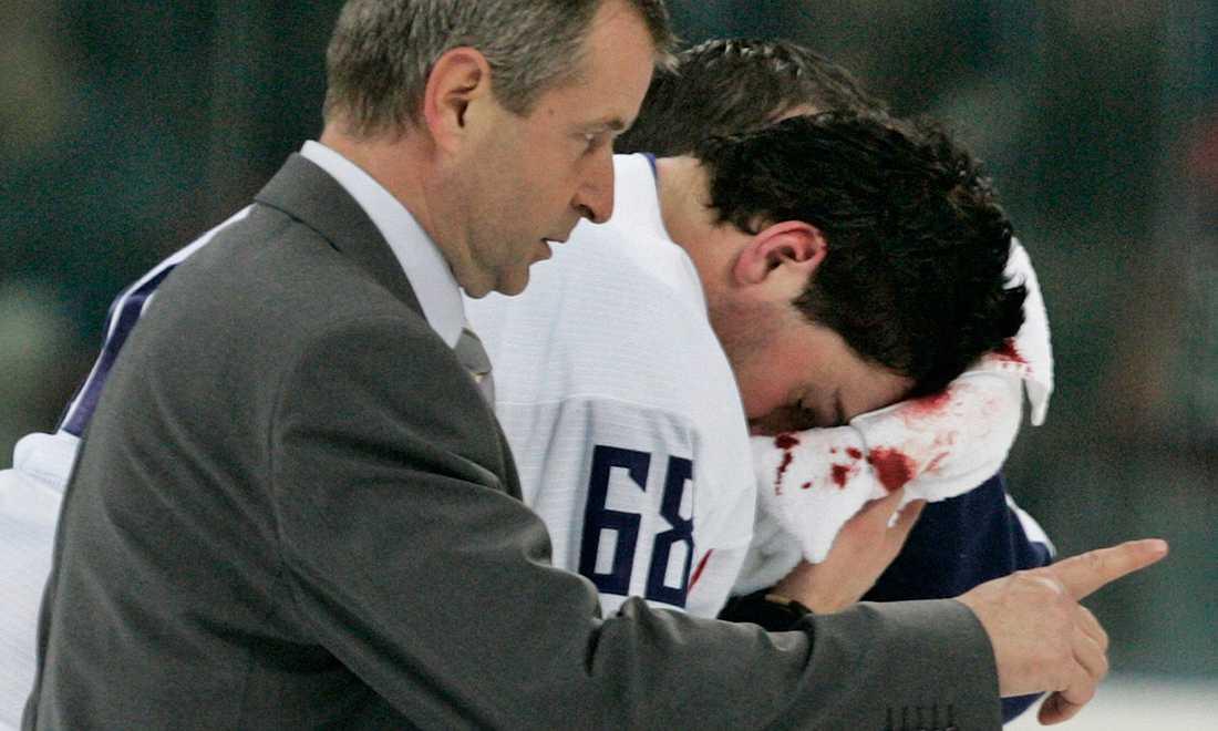 Jagr tvingades lämna isen med ett jack i huvudet och blod forsande från skallen.