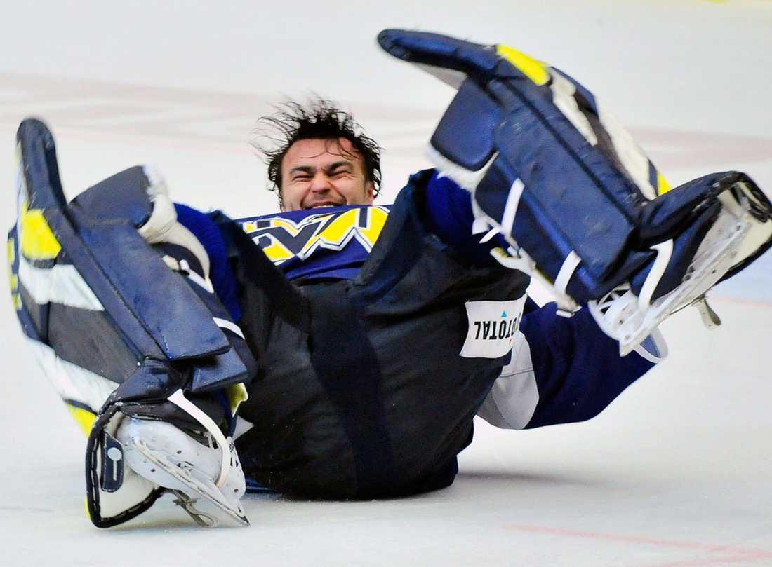 En jublande Stefan Liv efter 4-1 segern i femte matchen av sju möjliga i semifinalen i SM-slutspelet i ishockey mellan HV71 och Skellefteå AIK 2010.