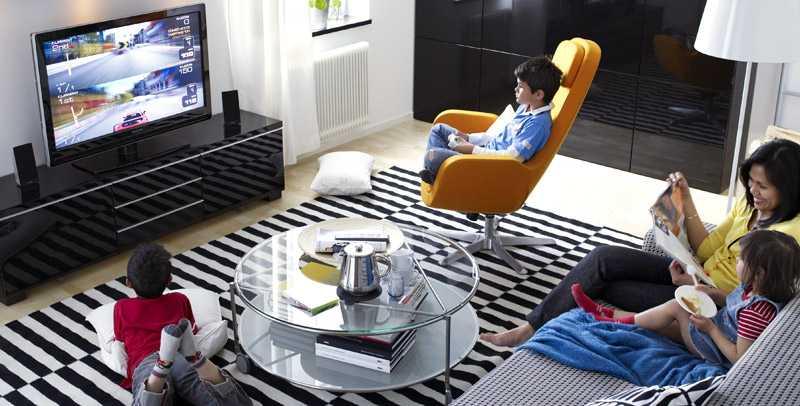 Modernt hem med svart och vit inredning, samt accenter i signalfärger. Blanka material hör också till.