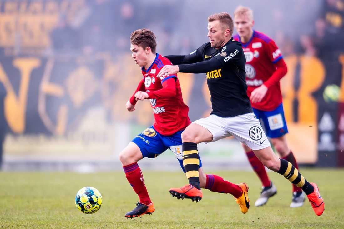 Sebastian Larsson i kamp med Östers Carl Johansson
