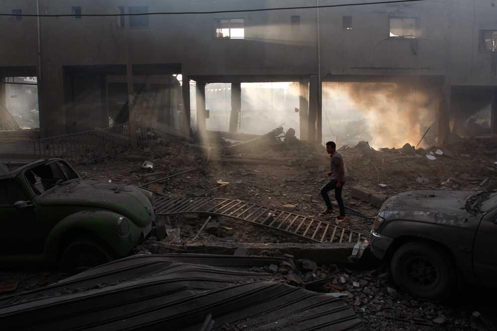 Förödelse efter att en fotbollsarena bombats i Gaza City.