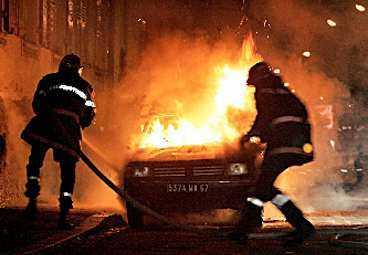 12 NÄTTER, 14 FÖRORTER BRINNER Anarkin och våldet i Paris sprider sig som en löpeld från förort till förort - och nu vidare ut över Frankrike. Tusentals bilar, butiker, kyrkor och en synagoga har stuckits i brand. Nu inför två förorter i Paris undantagstillstånd och 9 500 extra poliser har kallats in.