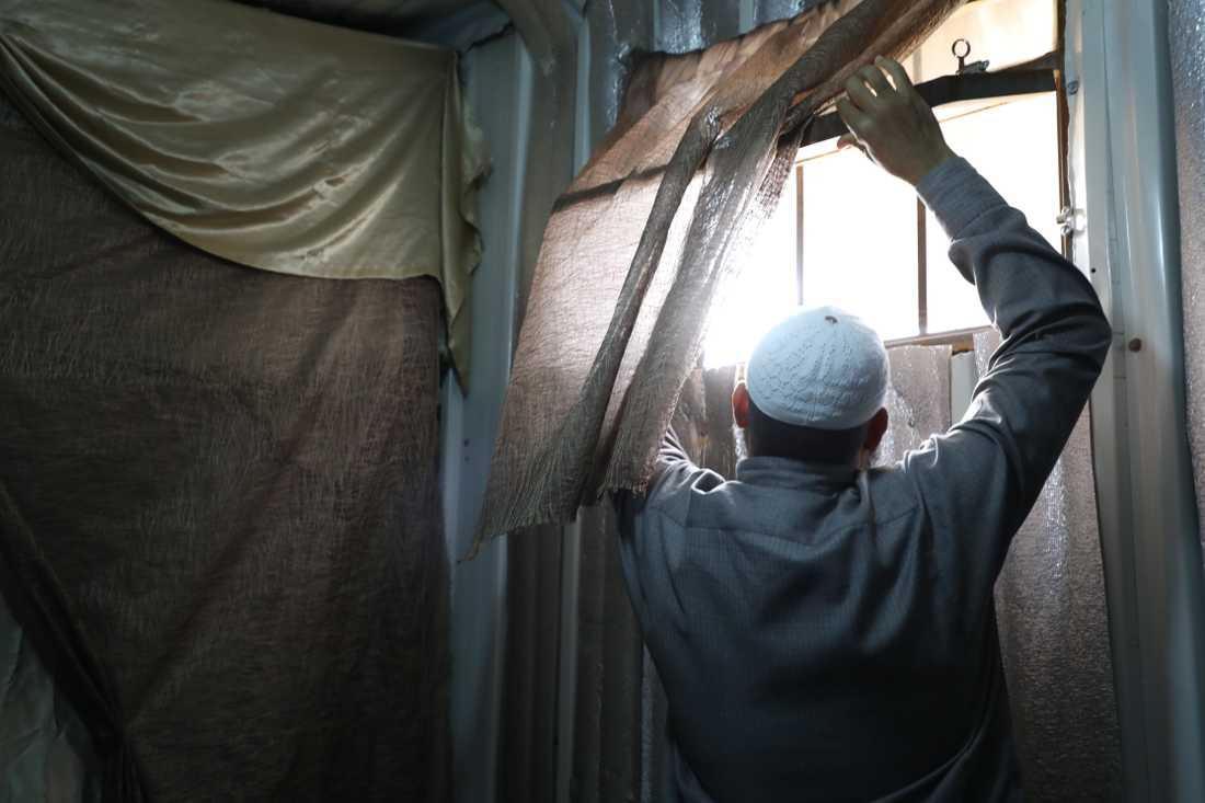 Abu Hashim tittar längtansfullt efter den värmande solen