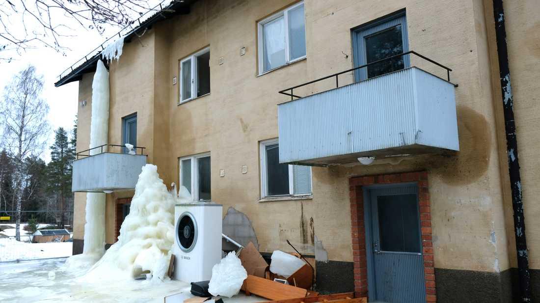 Isen smälter sakta på de fallfärdiga huset i Blötberget. Just här bor ingen längre, men grannhuset som är in nästan lika dåligt skick är fortfarande bebott.