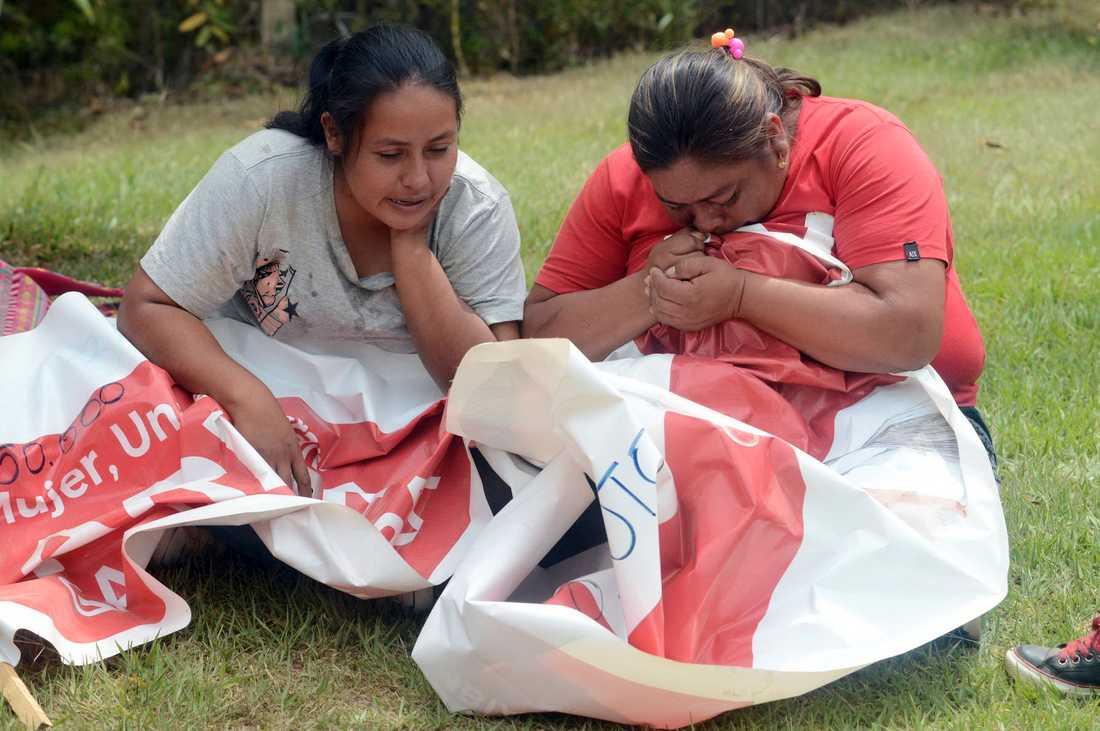 Anhöriga till Karina García sörjer, med hennes valmaterial i famnen, efter beskedet om mordet.