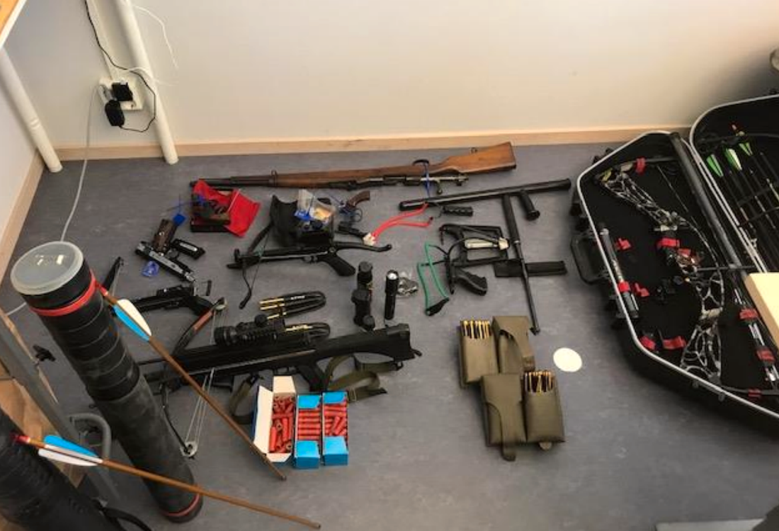 En stor mängd vapen togs i beslag.