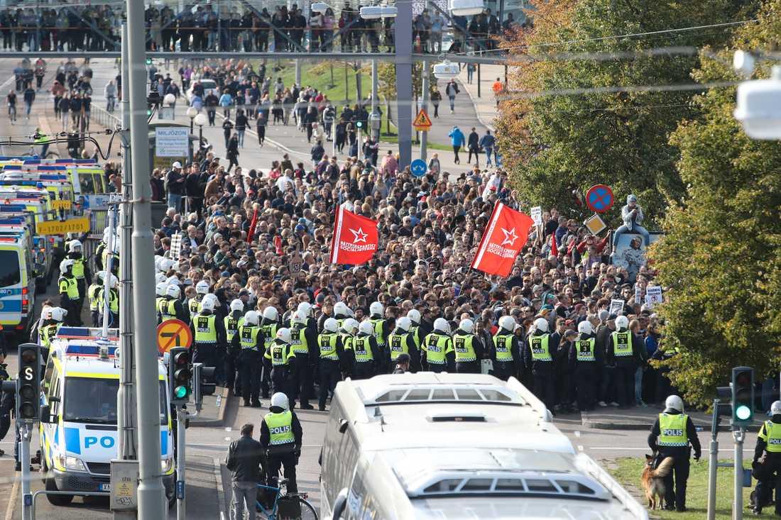 Motdemonstranter omringade av polisen vid Nordiska motståndsrörelsens (NMR) demonstration i centrala Göteborg på lördagen.
