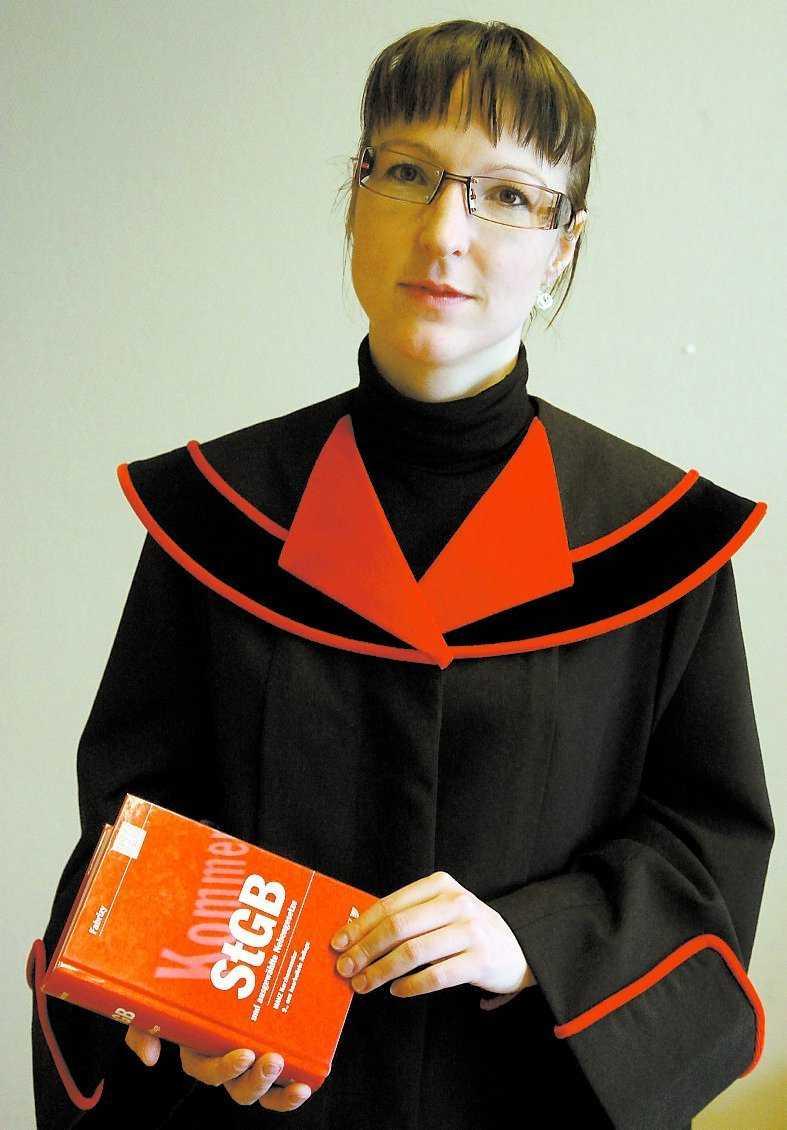 Åklagare Christiane Burkheiser inledde dagens rättegång med att läsa upp åtalspunkterna mot Josef Fritzl.