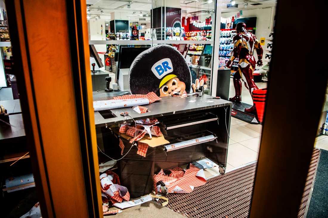 Butiken på Drottninggatan igenbommad före stängningstid.