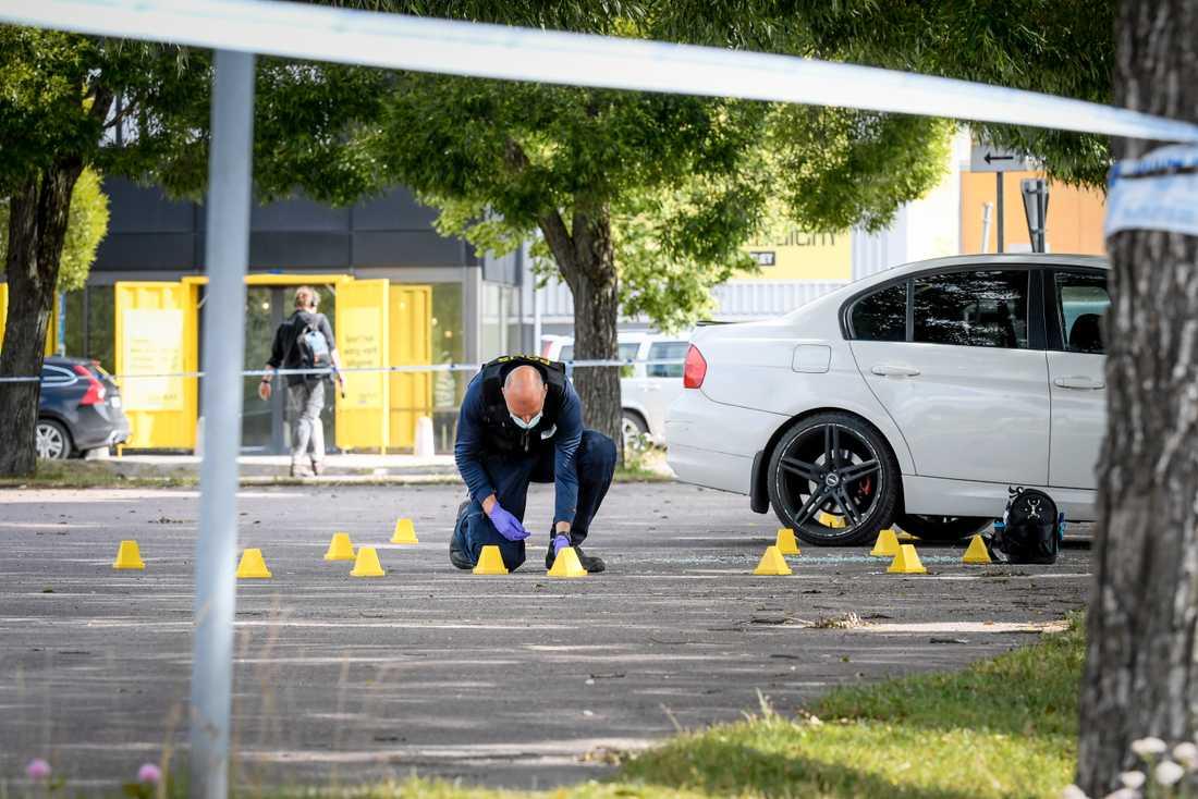 En person blev ihjälskjuten vid köpcentrumet Kupolen i Borlänge. Nu står tre personer åtalade för mordet.