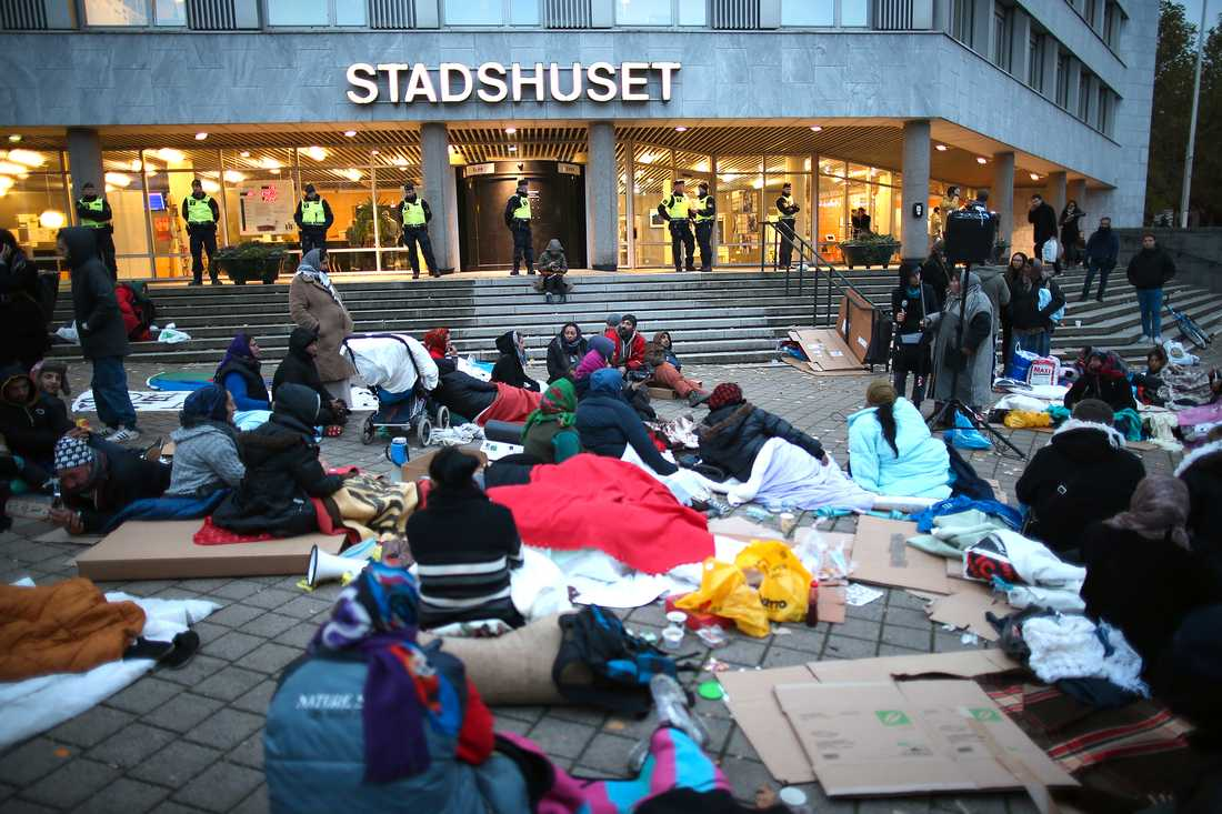 Sent på tisdagskvällen satt de avhysta EU-migranterna från Sorgenfri kvar utanför stadshuset i Malmö i protest.