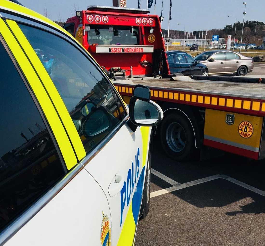 Polisen passar på att varna om riskerna med att lämna barn eller husdjur i bilen.