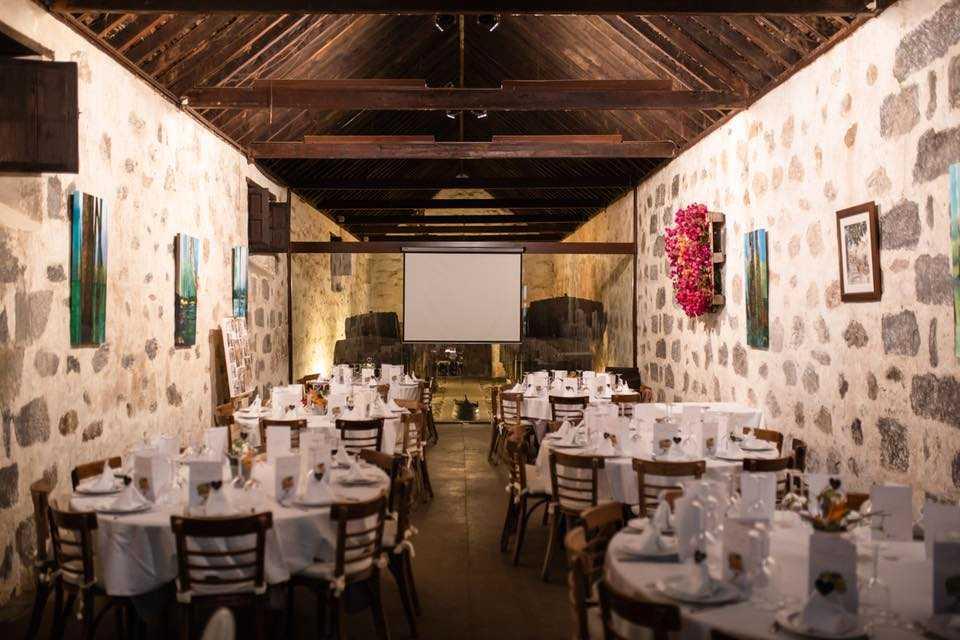 Restaurangen har en rustik spansk känsla.