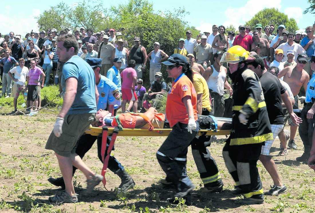 Brandmän, polis och frivilliga tog hand om de skadade.