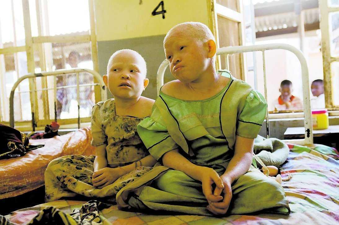 Tindichebwa och Bibiana har adopterats men vågar inte flytta hem igen.