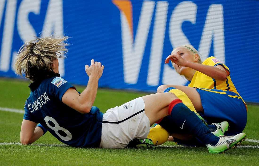 Öqvist sparkar till Sonia Bompastor i bronsmatchen och får lämna planen.