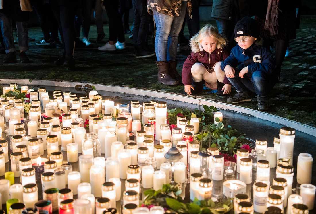 Syskonen Siri och Hugo Sölvander tände ljus för att hedra Dantes minne.