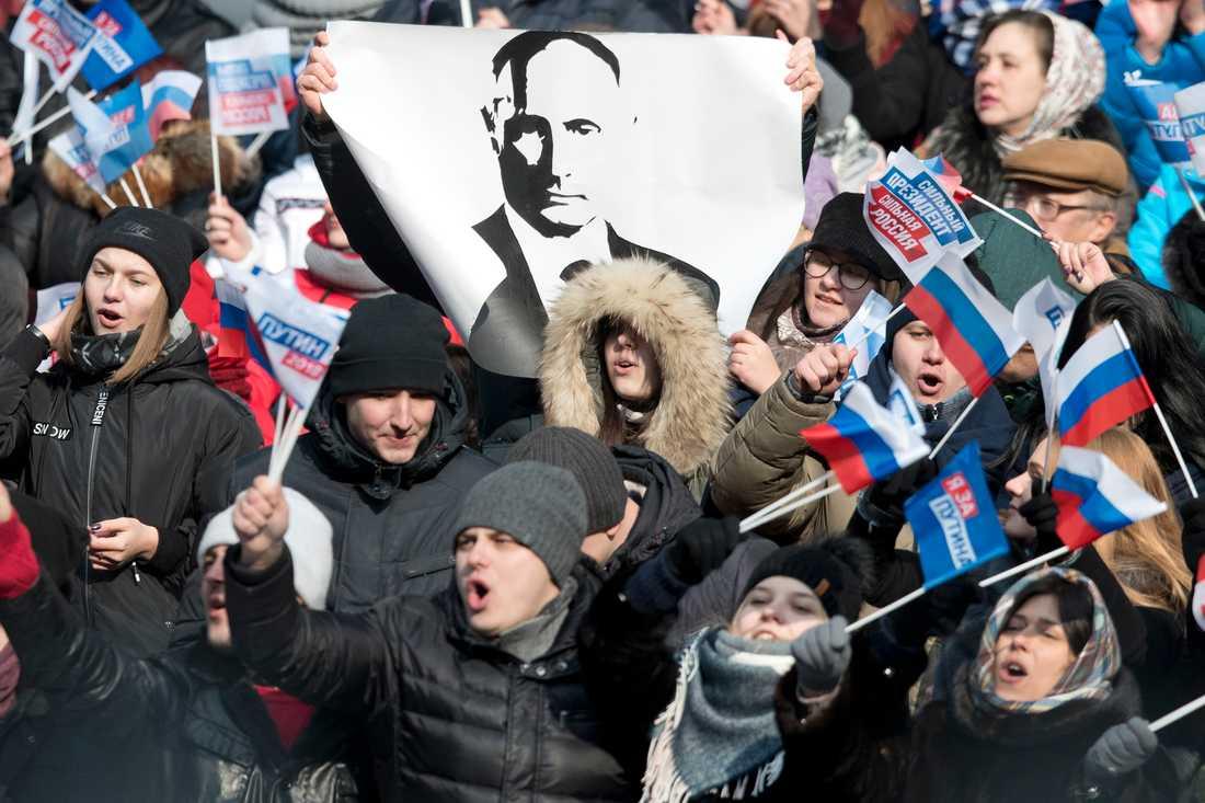 Enligt Mika Velikovskij var den betalda delen av folkmassan Publik under manifestationen 3 mars i minoritet. Riktiga supportrar var bara undantag. De flesta som fyllde stadion var statsanställda.