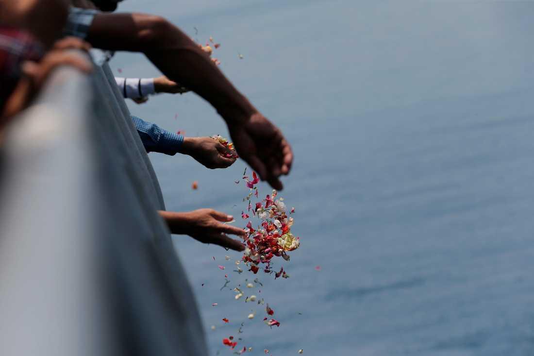 Anhöriga till passagerare på det Lion Air-plan som störtade i slutet av oktober strör blommor vid olycksplatsen. Arkivbild.