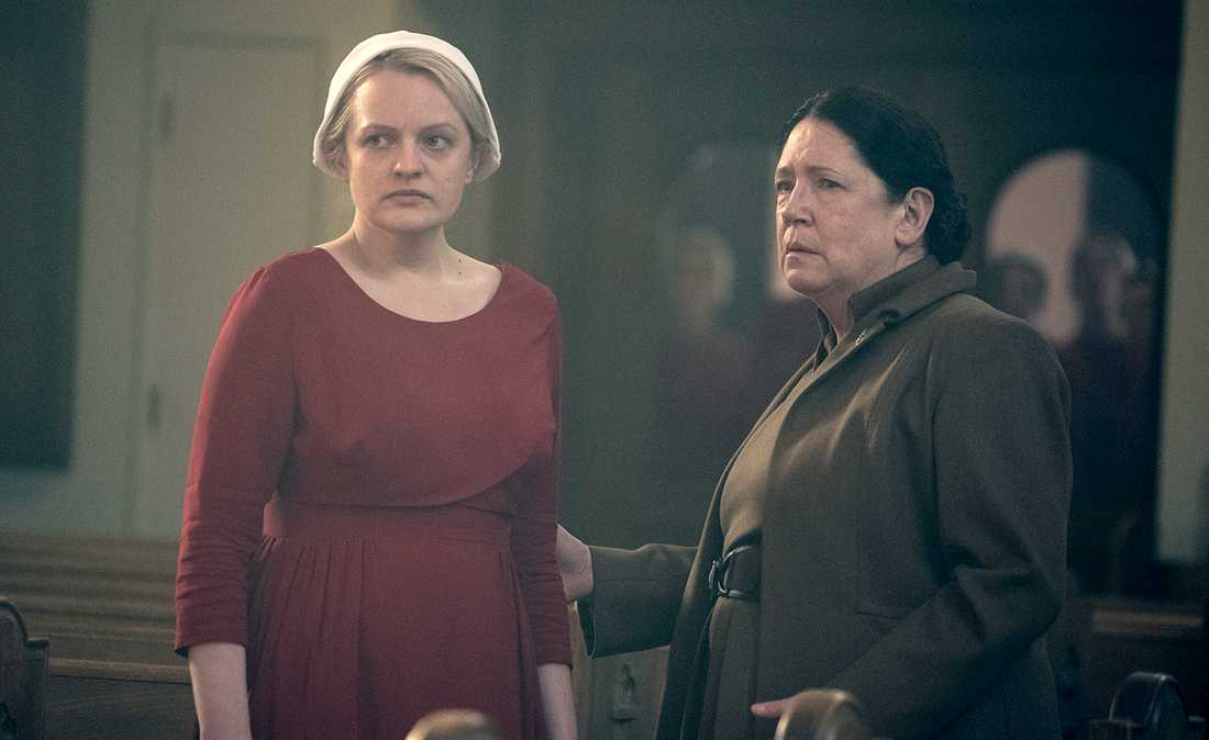 "Elisabeth Moss och Ann Dowd i tv-serien ""The handmaid's tale"". Pressbild."