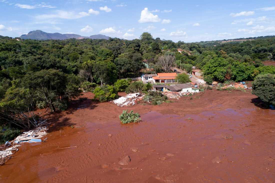 Den kollapsade dammen ligger i anslutning till en gruva. När den rasade bildades en stor ström av lera och slam som spridit sig över intilliggande åkrar och byggnader.