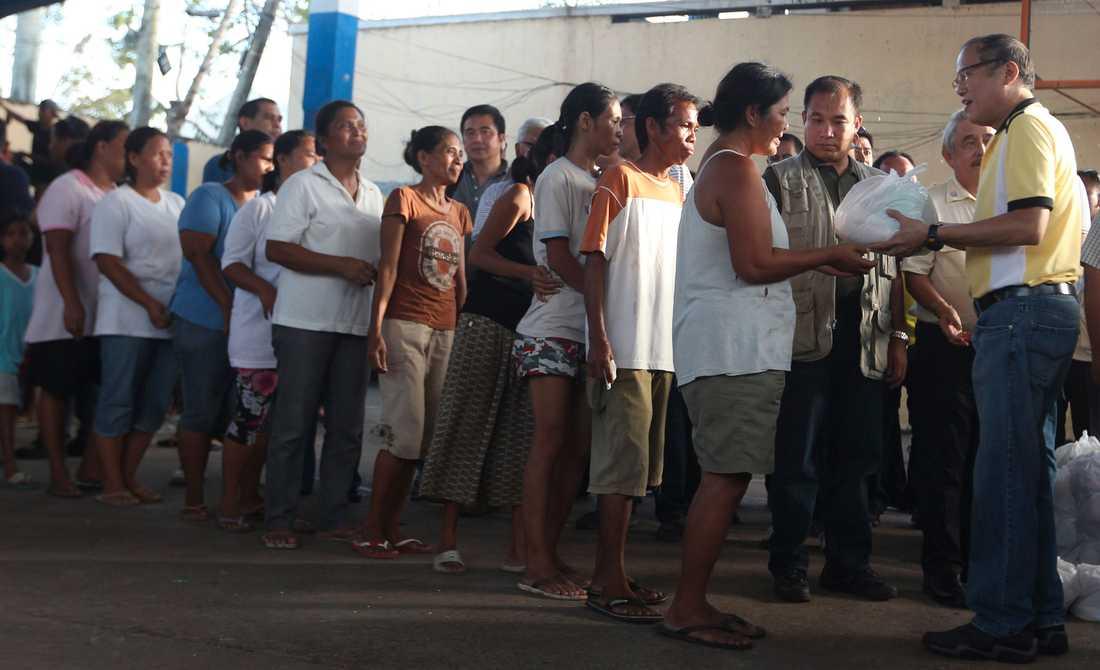 President Benigno Aquino delar ut förnödenheter till invånarna i Roxas City i Capizprovinsen.