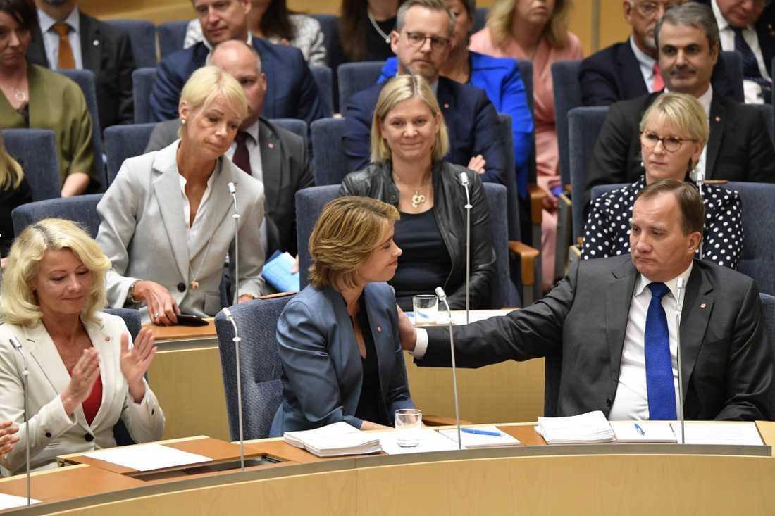 Annika Strandhäll och Stefan Löfven i riksdagen.