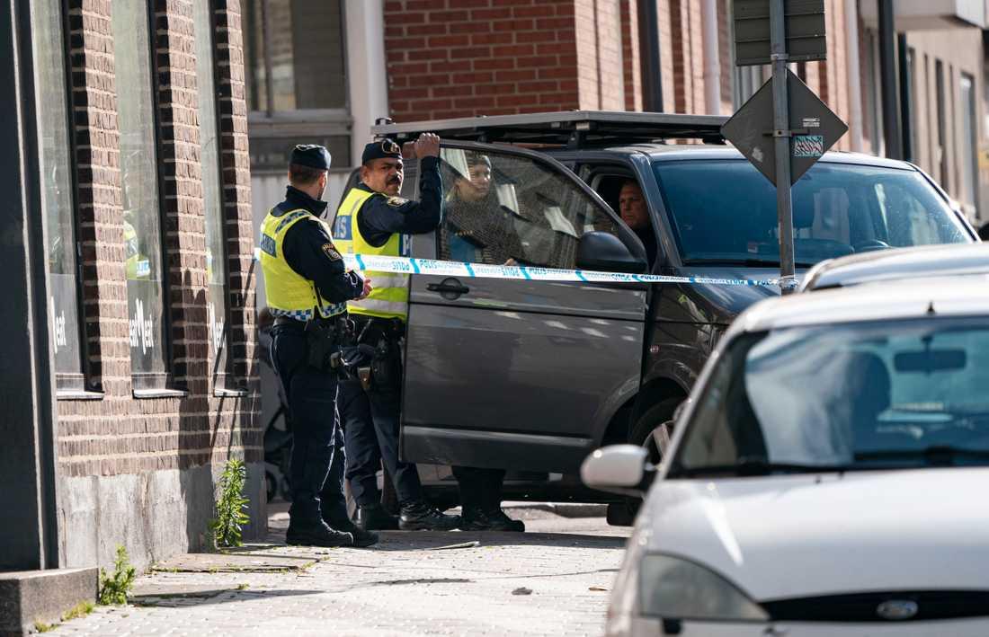 Kraftig explosion i Helsingborg har orsakat skador på en tobaksaffär och på flera bilar i närheten.