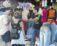 Försäljarna är påstridiga på gatan i Side. Utbudet av kopior är stort i Turkiet. Och billigt är det.