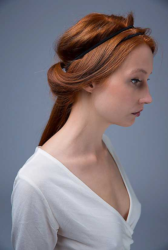 3. Stick in spetsen på lassot under hårbandet och vik in hårslingan under hårbandet i en lagom stor valk. Håll fast håret med ena handen, medan du drar ut lassots ögla längs med hårslingan med den andra. Har du så pass långt hår att det är svårt att dölja topparna kan du enkelt fästa in dem med en hårnål.