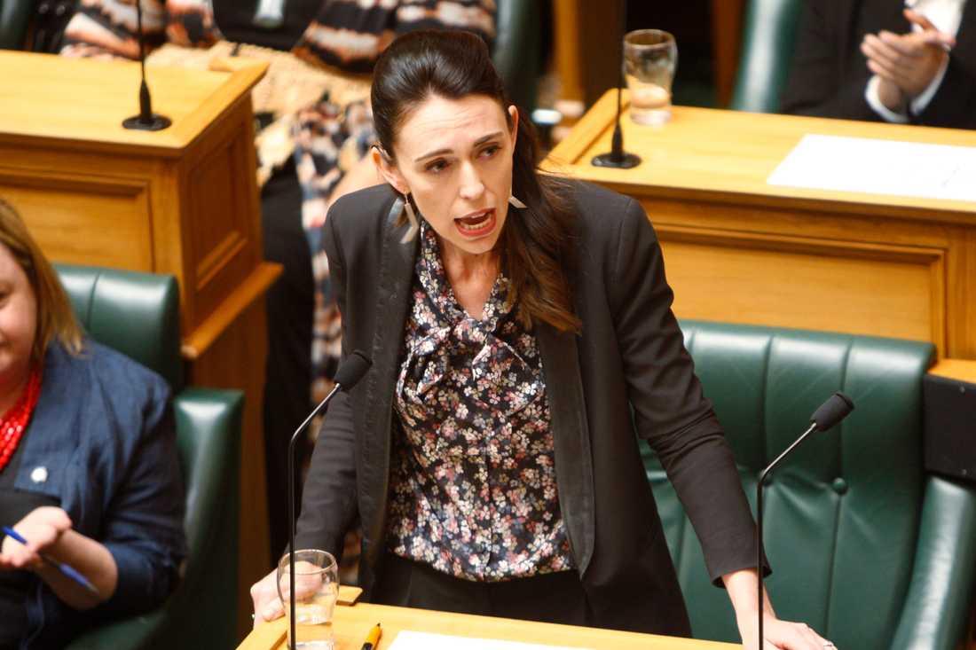 Nya Zeelands premiärminister Jacinda Ardern talar i parlamentet i Wellington, som har lagstiftat om att följa en rad klimatmål.