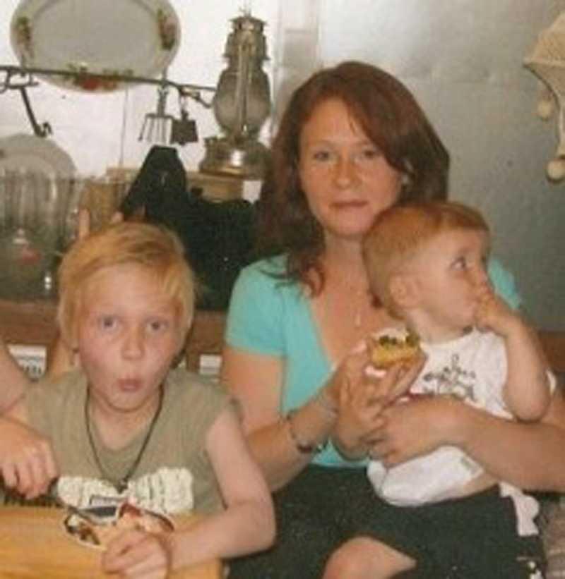 Yvonne och sönerna Jesse och Samuel en kort tid innan branden.