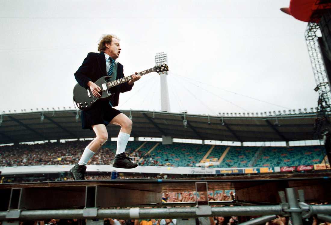 """Angus Young och de andra i AC/DC ger ut sin klassiker """"Back in black"""" från 1980 på det för den tiden så vanliga formatet kassett."""