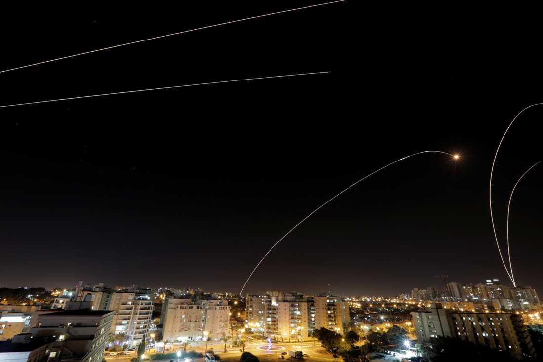 """Israels missilförsvarssystem """"Iron dome"""" avfyrar robotar i närheten av den Israeliska staden Ashkelon"""