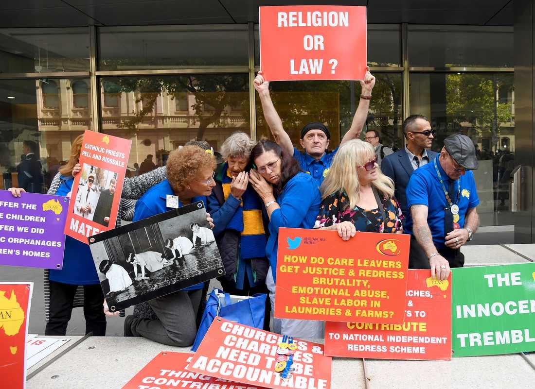 Människor protesterar utanför domstolen i Melbourne, Australien.