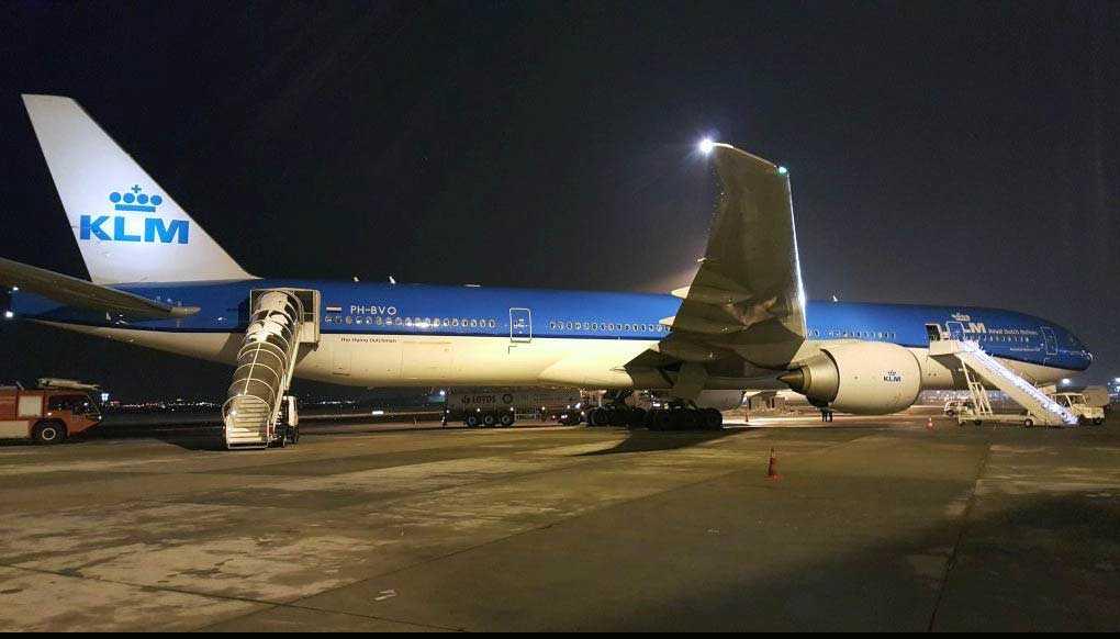 KLM:s flight mellan Amsterdam och Bangkok fick nödlanda i Warshawa på grund av att en passagerare försökte öppna flygplansdörren i luften.