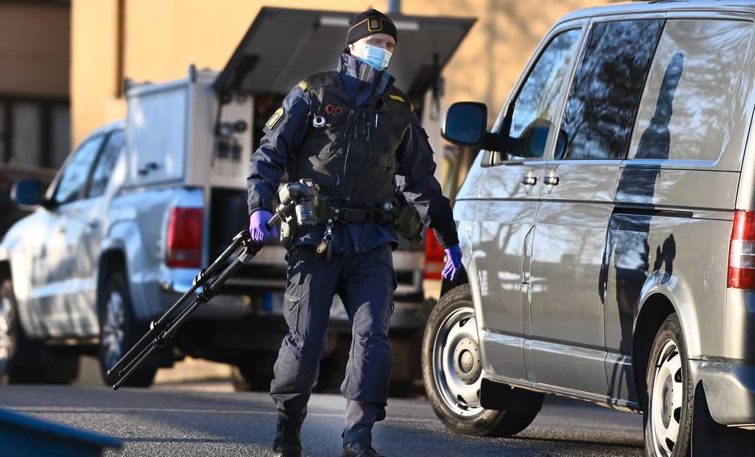 Polistekniker på plats för att säkra spår.