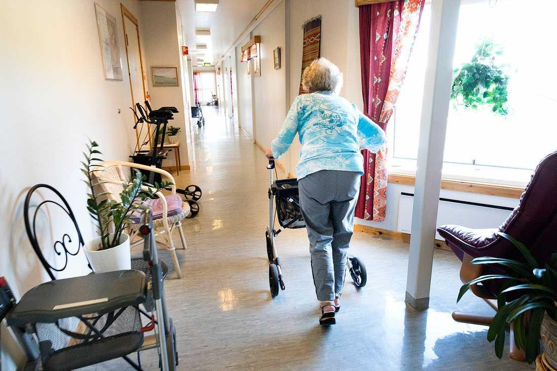 Redan i juni 2017 beslutade Ivo att det måste vara minst fem i tjänst på äldreboendet varje natt. Ändå har Attendo väntat i två år med att öka bemanningen. Bilden är från ett annat äldreboende.