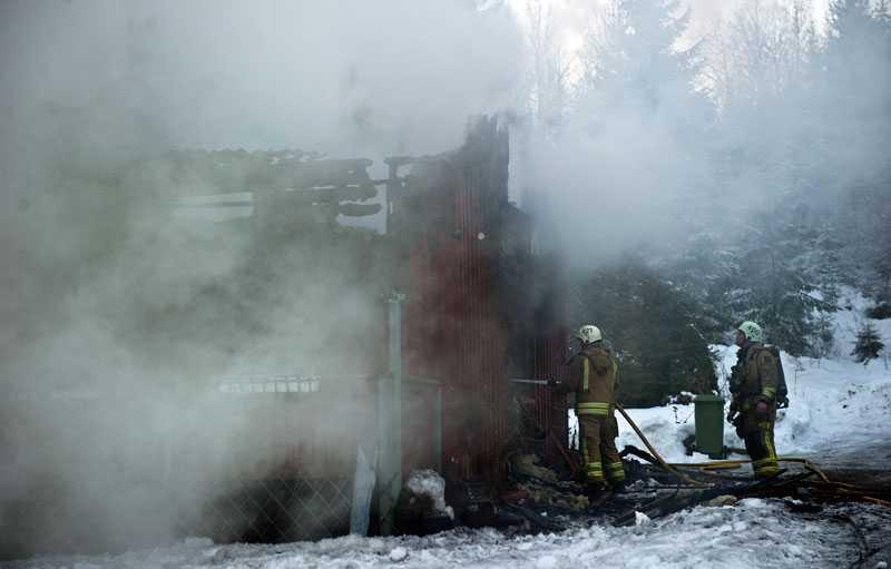 Dog i nattlig brand Två personer omkom i en brand på en bondgård strax utanför Mölndal, söder om Göteborg.