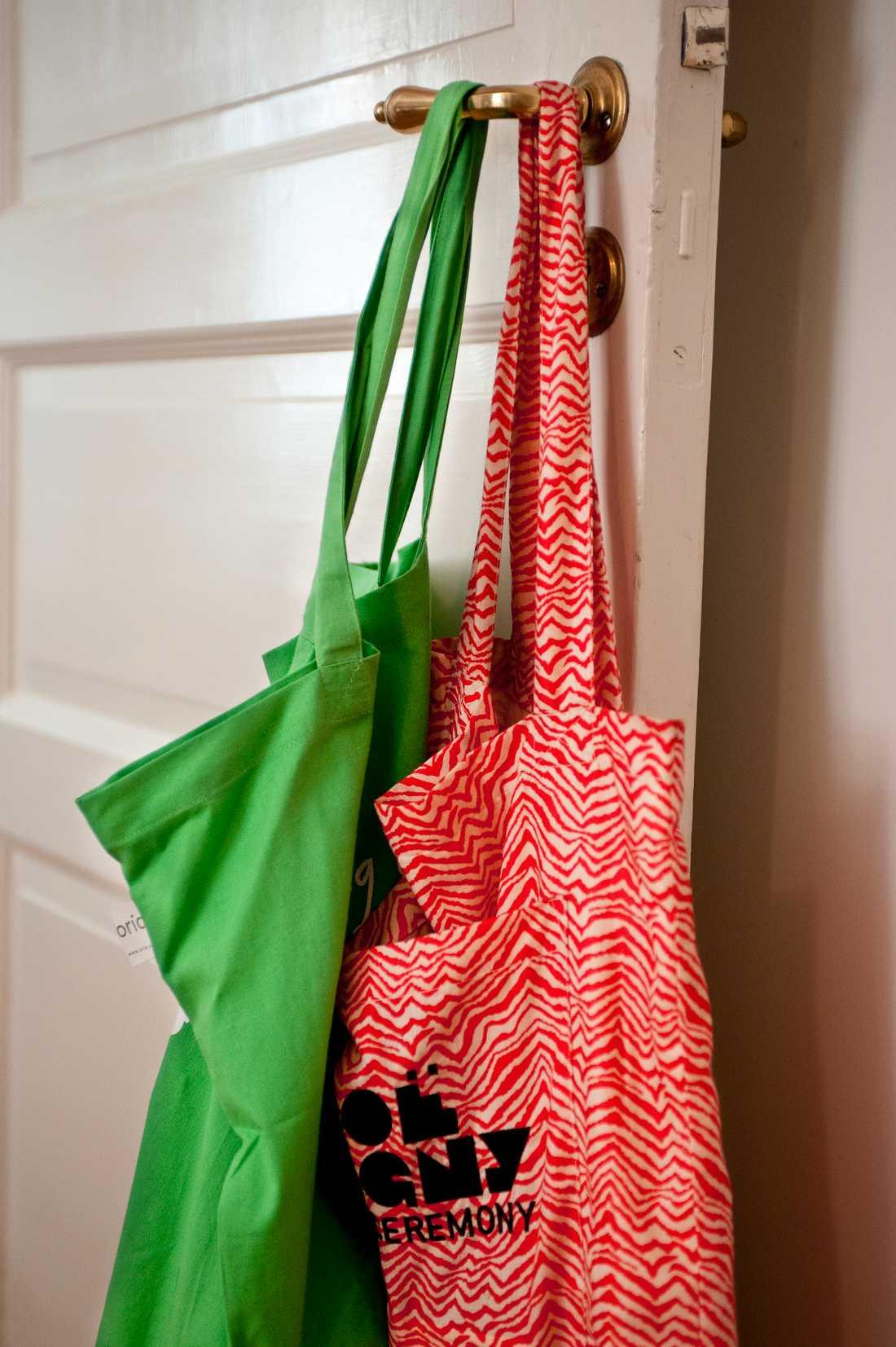 Plast, papper eller bomull? Att bära hem sin mat är inte så enkelt som det skulle kunna vara. Arkivbild.