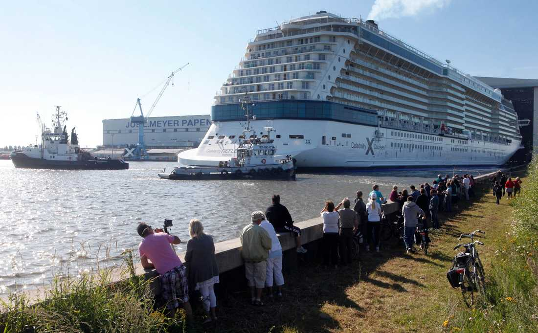 Celebrity Reflection dras ut på djupare vatten på Meyer-varvet i Tyskland.
