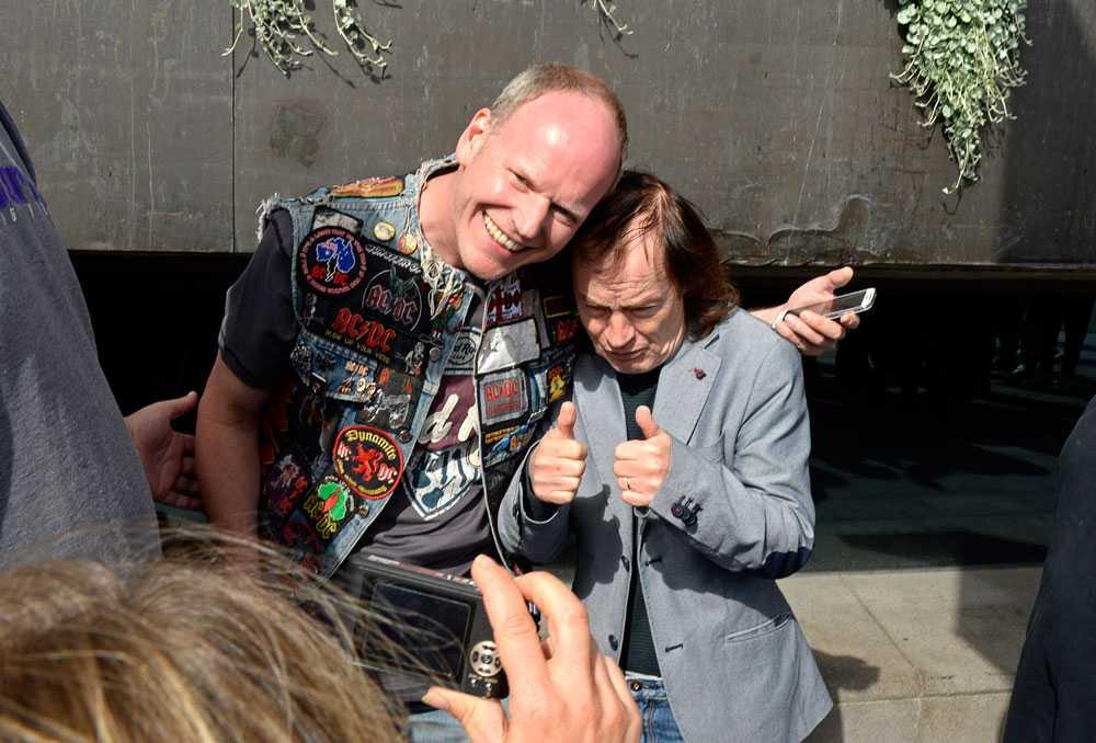Angus Young med ett av sina fans.