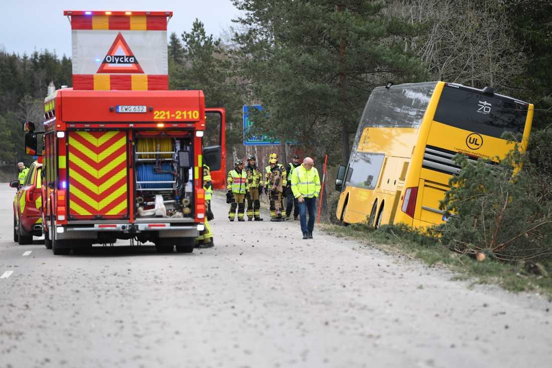 Föraren och en passagerare skadades när en dubbeldäckad buss välte i Enköping.