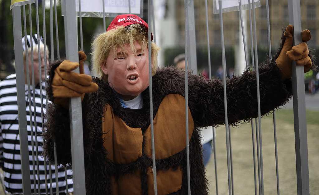 Demonstrant utklädd till en gorilla-lik Donald Trump hänger vid Parliament Square i London