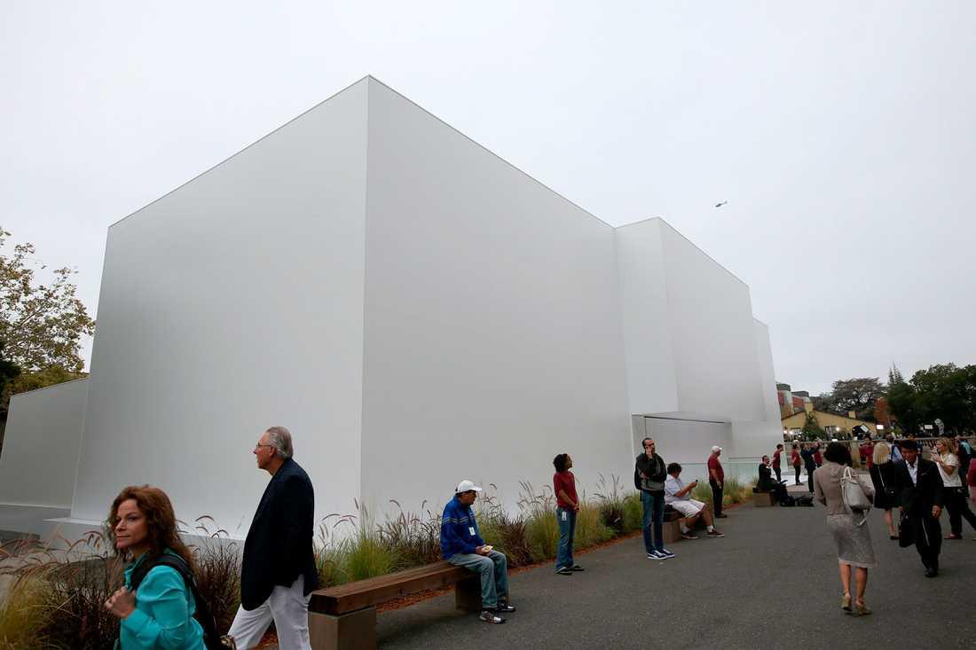 Människor utanför kuben i Cupertino, Silicon Valley.