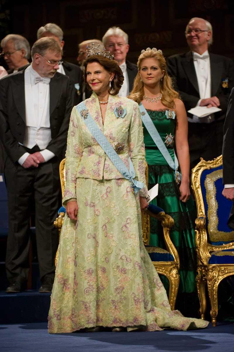 +++++ Värdig en drottning Jag är förtjust i drottning Silvias kreationer, här återvinner hon en favorit från kronprinsparets bröllop i Danmark. Den är i lindblomsgrön helsidentaft med fin, tunn tyllspets utanpå med guldbroderier. Den är värdig en drottning.