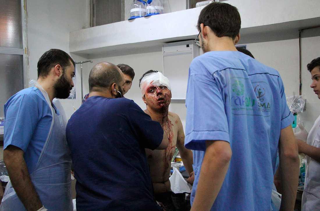 En i Idlib får vård på ett sjukhus i områden som kontrolleras av oppositionen, efter att de bombats av regimen.