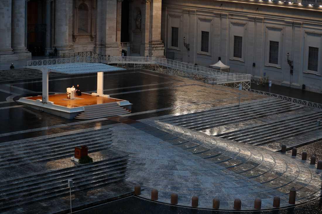 Petersplatsen i Vatikanstaten var helt tom när påven höll bön i fredags.
