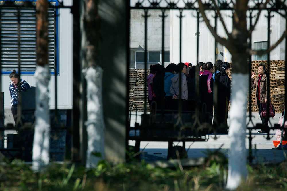 Arbetarna får inte lämna området utan tillstånd och måste gå i par eller i grupper den korta vägen från bostaden till fabriken.